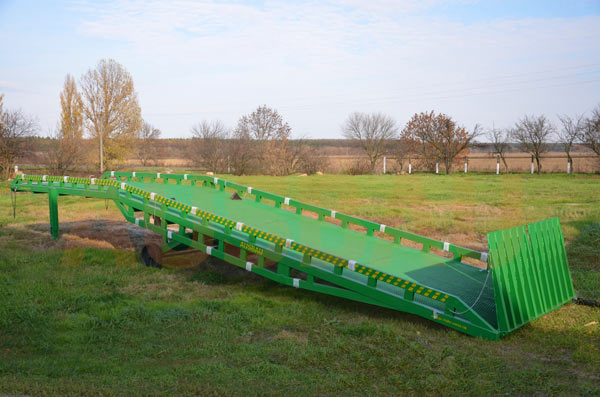 Special mobile hydraulic ramp AUSBAU for unloading small containers from long trailers